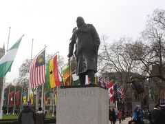 国会議事堂前の公園にはイギリスの歴代首相の銅像が多く建てられていました。 一番人気はやはりチャーチル。 多くの人が銅像前で記念写真を撮っていました。