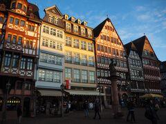 ドイツらしい木組みの建物が並ぶレーマー広場。