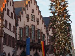 レーマー広場にある旧市庁舎。 数日前までは、この広場でクリスマスマーケットが開催されており、大変背の高い(そして細ーい)クリスマスツリーが飾られていました。