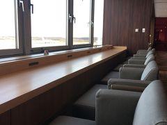ラウンジに入りました。駐機場に面した席が天気も良くて見晴らしも良く開放的でした、ここも人が少ないです。