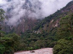 ウルバンバ川に架かる橋を渡り、ここから九十九折の山道を上っていく。