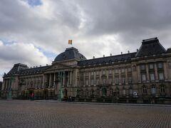 ブリュッセル王宮。 ベルギー国旗がはためいていますが、閑散としていて私以外は記念写真を撮っている黒人ファミリーくらいでした。