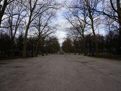 ブリュッセル公園。 王宮側の入り口近くには売店もあって温かい飲み物なんかもあるようでした。お腹いっぱいなのでスルーしましたが。
