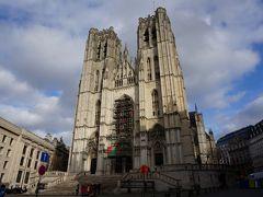 銅像の交差点から少し坂を下って、サン・ミッシェル大聖堂へ。 ゴシック様式の巨大な聖堂です。