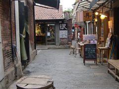 迷路のような田子坊を歩いていると井戸が。右奥には日本人オーナーの「カフェ丹」。とっても良い雰囲気。