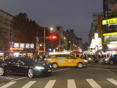 ヘルメットを諦め、カルフール重慶店に入り、東方美人茶やパイナップルケーキ等のお土産を購入。そこから、歩いて寧夏夜市まで来ました。