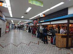 と思ったのも束の間、中高年に人気の立ち飲み 石松はもっと凄かった。  オヤジたちが肩抱き合うように飲んでいる。