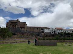 2泊分の荷物をリュックに詰めて、コレクティーボ乗り場を目指します。 ここでさえ標高が富士山の頂上くらいあるので、少し歩くと息が切れる・・ハアハア  写真は太陽の神殿。 時間がなくて見学できずでしたが中も気になる。