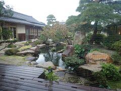 これは宿泊した「さぎの湯荘」のお庭。  創業してから百十年以上経っているそうです。  庭園を囲むように渡り廊下があり、池には大きな錦鯉が泳いでいます。  ここも風で落ちた葉を早朝からきれいに集めておられました。  維持するのが大変です。     さぎの湯荘は昔の温泉旅館のいいところを残しながら、古いものと新しいものをマッチングさせたしゃれた感じの旅館です。  至る所に古い箪笥や置物が新しいものとマッチングしてあります。  小さな昔の手燭台に日本ろうそくが刺してあるのはよかったなあ。