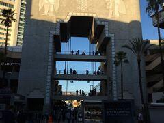 バビロンの門 ハリウッドサインが綺麗に撮影できるポイントとして有名です。 近くにチャイニーズシアターもあって、スターの手形もある映画好きにはたまらないスポット。