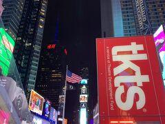 『タイムズスクエア』 さすが、タイムズスクエア! 大勢の人が集まる場所ですね。 そして来るたびに最新の映像が流れるのには圧巻です。 だから、ニューヨークに来るたびにここに足を運んでしまいます。
