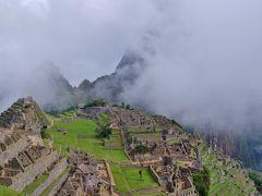 坂を上がると視界が開け、霧に囲まれたマチュピチュ遺跡が現れた。 マチュピチュは3061mのマチュピチュ山(ケチュア語で「老いた峰」)と2690mのワイナピチュ(同じく「若い峰」)を結ぶ尾根にある。 麓からその姿を見ることが出来ない為、「幻の天空都市」などと言われる。