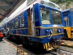 青い列車が駅にやってきました! 乗車の際に、チケットとパスポート両方提示しました。
