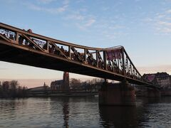 マイン川にかかる鉄の橋、『アイゼルナー橋』へ。 多くの観光客で混雑していました。 この歩行者専用の橋には、たくさんの南京錠がかけられています。