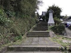 平戸ザビエル教会へ向かいます。せっかくなので「寺院と教会の見える道」を通ることに。(ぜひ!と観光協会で地図に赤線を引かれました笑) しかし階段キツいー!
