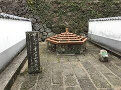 六角井戸。 危険だからだと思いますが、なんだか風情が・・・  名所を歩きながら松浦史料博物館に向かっています。 今のところ雨も降っていない!よかったー。