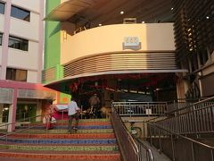 その後はすぐ近くのテッカセンターへ!  テッカセンターはホーカーズや地元の人  が買い物するお店の入ったマーケットです。