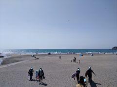 鎌倉湾の由比ヶ浜に到着! 海を見てテンションUPです。