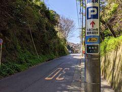 海沿いの道に戻らず極楽寺の山側の坂道をてくてく。