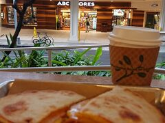 朝はハワイで一番大きいABCの前にあるビッグウェーブデーブサーフ オープンスペースの店内は貸し切りなので、持ち帰りを予定してたけどここでモーニング