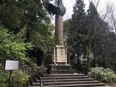 つづいて「飯盛山」へまいりました。 白虎隊終焉の地として有名ですが、白虎隊碑の側に「イタリア記念碑」なるものがありました。ムッソリーニ政権時代のローマ市から送られた、実際にポンペイの遺跡から発掘した柱のようです。