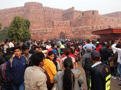 12時過ぎのアグラ城も大混雑。 右手の小屋がチケット売り場で行列ができているものの、外国人専用窓口はそれほど並ばなかった。 入場料は600ルピーだった。