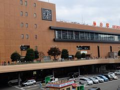 仙台駅、直結する駅ビルには土産物屋、レストラン、カフェ、バー、お店が点在しており、時間をつぶしたりするにはもってこいです。
