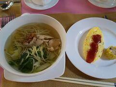 カンボジアの旅4日目。 ホテルでの朝食は、今朝もその場で作ってくれる温かい麺とオムレツ。