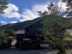 ようやく徳澤園に到着しました。山小屋というよりチョットした高原ホテルです。7時58分。