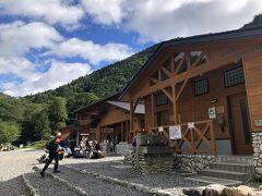 横尾山荘に到着。こちらは穂高連峰、槍ヶ岳へ向かう登山基地のような位置づけの山小屋です。9時18分。