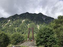 横尾大橋。この橋を渡ると本格的な登山が始まります。それでは出発!9時35分。