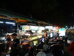 日が沈み、お腹も空いたので夕食へ! ネットで見つけた苓雅夜市にある「南豊魯肉飯」へ行ってみることに♪ お店の周辺には屋台がたくさん出ていました(^^)