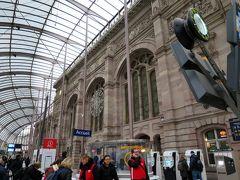 """ユリアさんは、次の""""ポート・ド・ロピタル(Porte de l'Hôpital)""""で下車。 ホテルはその次の""""ロンストロス/グラン・リュ(Langstross/Grand Rue)""""からすぐだそうですが、クリスマス・マーケットが開催されている時間帯、トラムは街の中心部には停まらないのです。  では、のちほど~! ぶどう畑はストラスブール駅まで。2年ぶりのストラスブール駅。"""