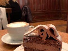 """デメル(Demel) https://www.demel.com/en/home/ (英語)  18世紀に小さな菓子店として誕生して以来、皇帝や王侯貴族達からも愛されたウィーンの老舗、、 皇妃エリザベート(通称:シシィ)が愛したスイーツも「デメル(Demel)」の『スミレの砂糖菓子』と『ザッハトルテ』だったとか、、  そんな「デメル(Demel)」の店内は、世界中からやって来た観光客で 人、人、、人、、、 特に、カフェの待ち時間は50分!! 「デメル」のカフェで""""スイーツ&お茶""""を楽しみたいkuritchi、、 お店の写真を撮る時間もなく、即!何処まで続くのかわからない長----い列に並びました、、  そして… 約50分後にカフェ(2階)に案内され、、 もちろん『ザッハトルテ』& クリームたっぷりのコーヒー(つまりウインナーコーヒー)を注文、、したつもりでしたが…  運ばれてきたのは、、 『アンナトルテ(Annatorte)』(5.5euro)← 確かにチョコレートケーキ♪            & 『メランジェ(Melange)』(5.9euro)←人気・おススメコーヒー  <『ザッハトルテ』でなくても、美味しそうなケーキだから OK(^^♪ >  そして、、『Melange』とはミルクをホイップしたカプチーノ、、 一口飲むと、、< 美味し~い♪ > ホイップされたクリームがたっぷり~♪       < ムッチャ 好み~♪ >  この瞬間、、ウィーンでの""""『ザッハトルテ』&『ウインナーコーヒー』飲み比べ計画""""はkuritchiの頭の中から消えたのでした、、(^^"""