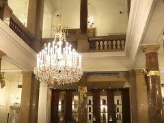 ホテル アンバサダー(Hotel Ambassador)  https://www.ambassador.at/ja/summary  入口横にあるロビーはシンプルですが、、 エレベーターで2階(現地では1階)には吹き抜けのクラシックホテルらしいラウンジ(Atriumbar)があります、、 < これが、、なかなか いい感じ~♪ >