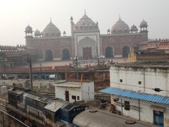 時間はあるので、駅の反対側に向かってみる。 駅の反対側には、ジャマー・マスジットという巨大なモスクが鎮座している。