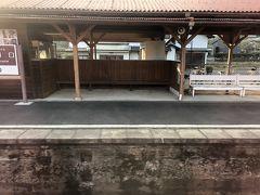 途中にある一畑口駅 ぼんやり電車に乗っていると、出発の瞬間驚きました! 突然スイッチバックしたのです。 スイッチバックとは、通常急な坂道を昇るために来た方向、つまり後ろに列車が動き出すことです。 ここ一畑口駅は平らな土地でスイッチバックの必要な無い地形ですが、一畑電車の歴史にその秘密があるようです。 戦前は一畑口の先にもうひとつ駅があったそうです。 1944年、当時は太平洋戦争の最中 学校の授業で習ったと思いますが日本は物資不足に悩まされており、人々の家庭の金物やお寺の鐘まで金属類回収令が発令されたという歴史があります。 その際、一駅廃止となりそこまでのレールが回収され軍事上必要な路線に転用されてしまったということです。 そのため変わった形の運用になってしまったそうです。
