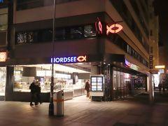 """ノルトゼー (Nordsee)  「ノルトゼー (Nordsee)」はドイツに本拠地を置く、 魚介類専門のレストランチェーン ガラスケースの中に魚介類のサラダやサンドイッチ、フライなどが置かれていて、""""指さし""""注文も出来ます この「ノルトゼー」がkuritchiの泊まったホテルの目の前、、(^^  特に夕方の時間帯は長い列が出来ていて、お店の周りは人でいっぱい!! (写真は9時PM頃 人が少なくなった頃撮影) 長い列の中には日本人も沢山いましたよ、、 中には、ガラスケースの中の料理を見ようとしていたのでしょうけれど、 皆大人しく待っている中を自由自在に動きまわっている日本人のオバサンが、、(><)  同じ日本人として恥ずかしい限り、、 海外に出ると""""こんな人が居た""""ではなく、""""日本人は…""""と語られてしまうので、責任を持って行動してほしいと思ったkuritchiでした、、"""