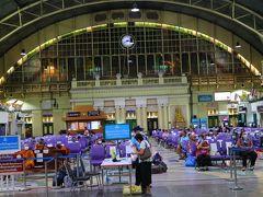 翌日、自由な時間に酒(タイ旅行した方ならご存知だと思うが、一部の非販売日もあるが、11時~14時までと17時~0時までが酒類販売可能時間)が飲める空港のラウンジに向かう。  駅の待合所も閑散としている。 駅舎に入る際に赤外線温度計で検温されて手のアルコール消毒