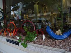グランドホテル前のオブジェは、タイヤで作ったカニと魚。