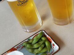 中に入ったのは良いですが 釧路空港にはラウンジがない・・・  ちょうど席の空いていた 「レストランたんちょう」さんで 1杯することに(^^♪  生ビールはサッポロクラッシック おつまみの枝豆とイカの塩辛 旨し!!