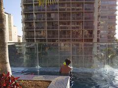 と、思ったら、息子が 「プールにいきたいの」と!  えー!!ビーチであんなに遊んだのに大丈夫ー!?  と言っても水に入らず砂遊びばかりしていたので、 プールで少し遊ぼうか、ということに。  プールはほぼ満員で、途中あったかいジャグジーに入ったら 「私、ここに住んでいるの」という香港?中国?(香港と思いたい(ーー)) のおばさまが居て、周りの人たちが 「WaaaaO!!ここに?ここに住んでるんですって!?」 と盛り上がっていました・・・