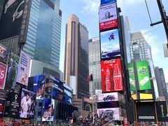 休憩したら、早速NYの街に出てみます♪  ここがタイムズスクエアね。 とにかく、周囲360度は、巨大電飾広告だらけ。 法律で電飾を奨励しているらしい。 治安と広告収入税のため?笑  煌めく夜の時間になると、物凄い人になるのですが、 2020年4月現在、新型コロナウイルスCOVID-19がNYでも猛威をふるっていて、タイムズスクエアも閑散としているようです。