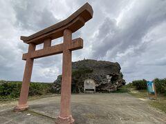今度は岩の前に鳥居を見つけて、立ち寄ってみました! 帯岩という大津波を今に伝えるものだそうです。