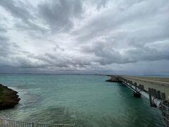 今度は伊良部大橋を渡って宮古島本島へ。 宮古時とはいっても小さな島が繋がっていて真ん中が宮古島本島へです。