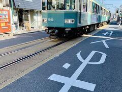 さっき乗ってたはずなのに江ノ島←→腰越が路面電車になってたの気がつかなかった!! 路面電車に大興奮な私達は写真撮りまくり! 電車と車が交差するとほぼ歩行者の歩く幅がない(笑)  私ここは運転できないな…