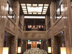 ●ホテル日航奈良  (旅行記Part.6で)「姫路城」の登城を終え、「姫路駅」からJR神戸線→JR大和路線と乗り継ぎ、「奈良駅」まで移動してきました。 当初の予定では、移動途中にある「明石城」に寄ろうと思ってたものの、かなり疲弊してたのでそのままスルー・・・まぁ、巨大過ぎる姫路城を相手にしたのでしょうがないでしょう。  駅に着いた頃にはもう17時を過ぎていたので、そのまま今日の宿である「ホテル日航奈良」へチェックイン。 前後の移動にJRを使う予定のため、駅西口直結のホテルにしてみました。