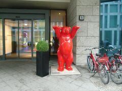 インターシティーホテルを予約サイトで予約しました。ここは駅から近くて便利。なぜか赤いくまがお出迎え。