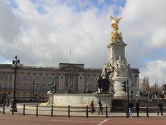 11時半前にバッキンガム宮殿に到着。 「大英帝国」全盛期のヴィクトリア女王がこの宮殿を住まいとして以来、国王の宮殿となりました。 宮殿の前にはヴィクトリア記念碑があります。  すでに衛兵交代式を見る人で、周辺は人でいっぱい。