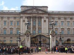 宮殿の中で衛兵交代式がすでに始まっていました。 ただ、門の中で行われているので、少し見づらいかも。